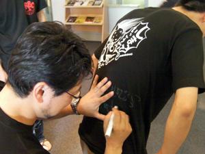 Tシャツにまつもとさんのサイン